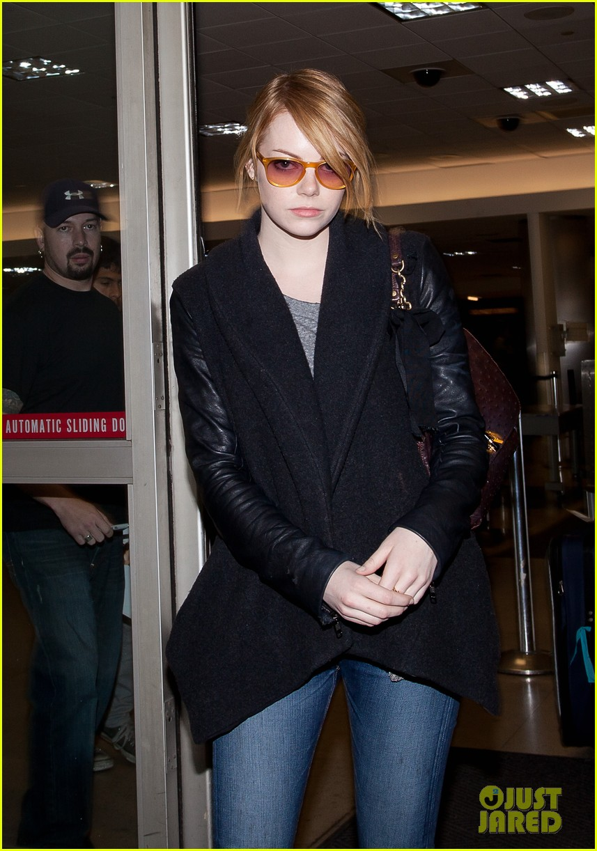 emma stone andrew garfield airport arrival 03