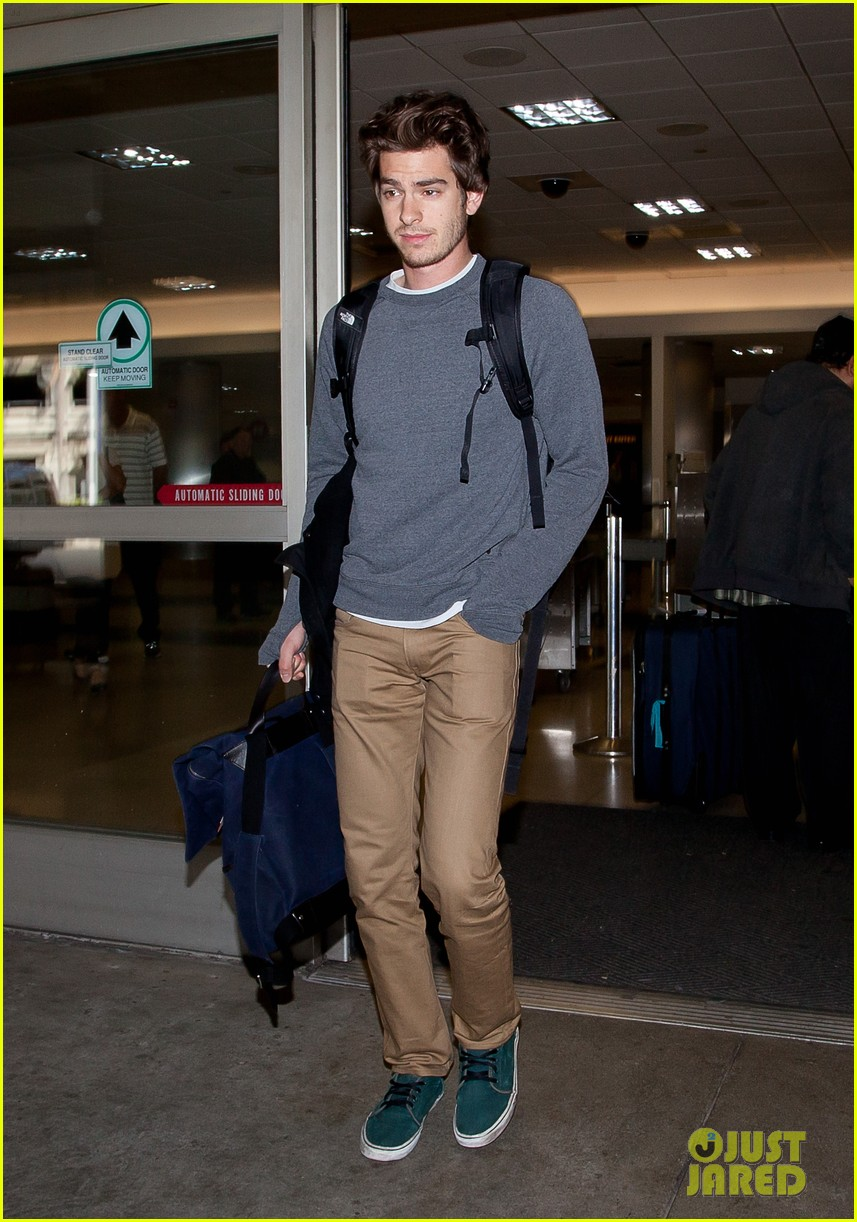 emma stone andrew garfield airport arrival 04