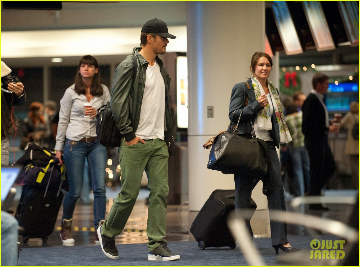 fergie josh duhamel airport thanksgiving 02