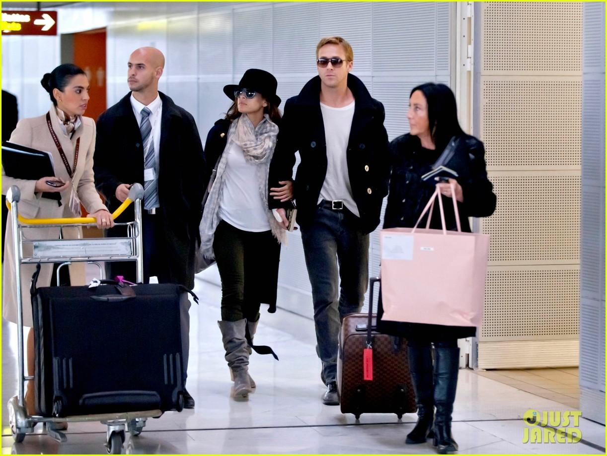 ryan gosling eva mendes holding hands paris 012604420