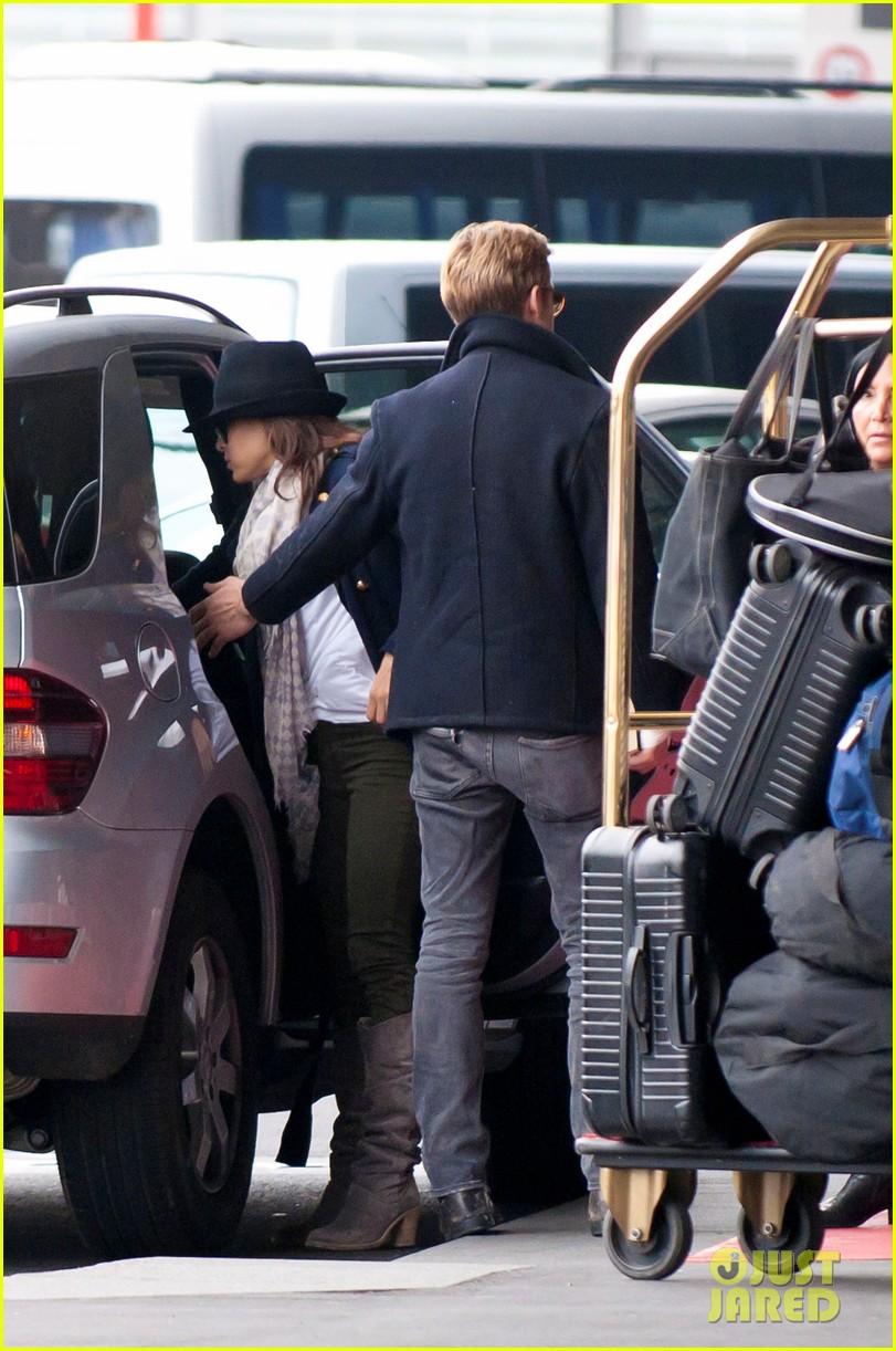 ryan gosling eva mendes holding hands paris 042604423