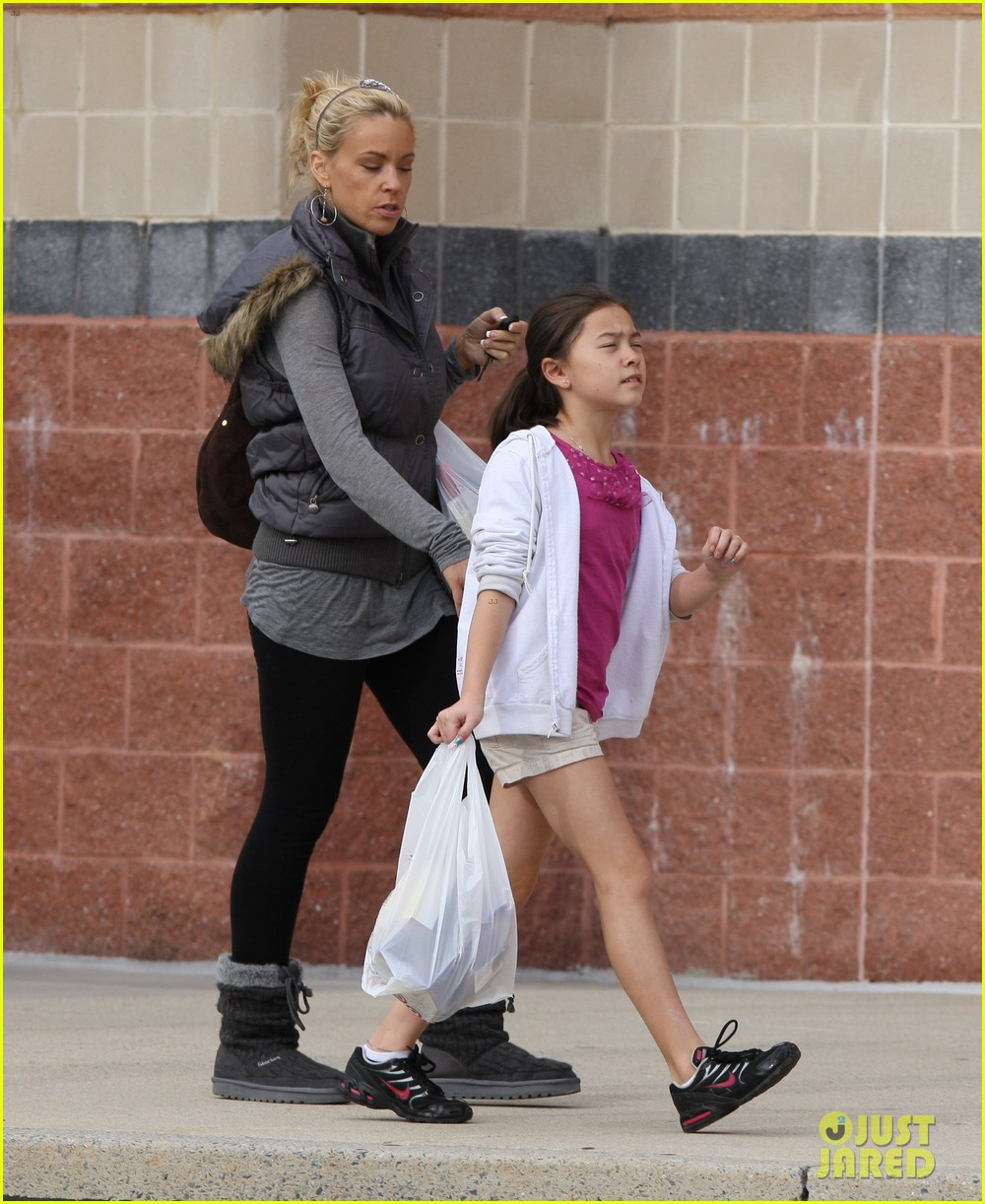 kate gosselin shops for holiday decorations 012604342