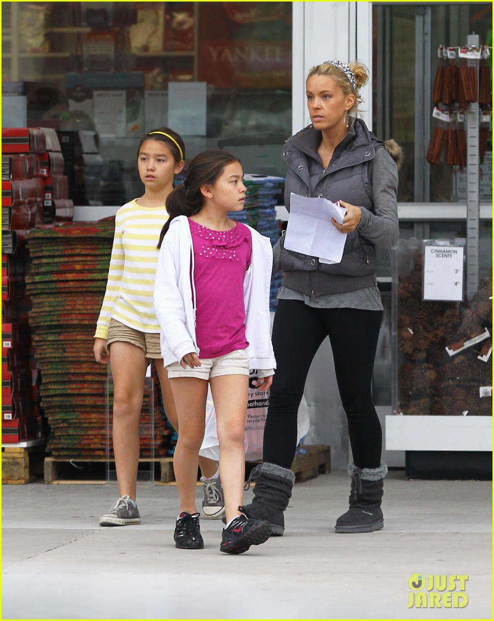kate gosselin shops for holiday decorations 03