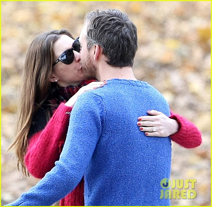 anne hathaway engaged adam shulman 012604877
