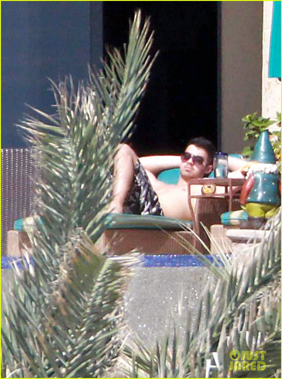 joe jonas shirtless cabo 01