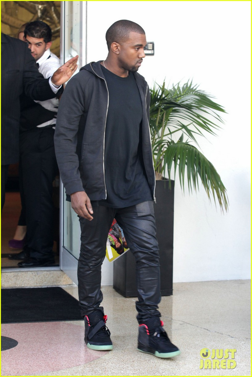 98f40f3a701f Kanye West  Shopping in Miami  Photo 2600621
