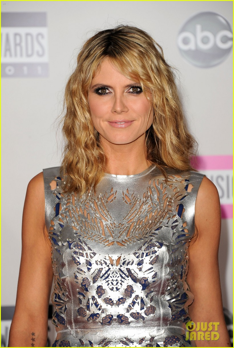 heidi klum amas 2011 red carpet 01