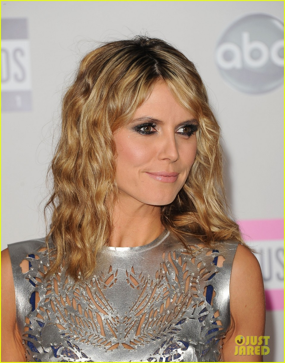 heidi klum amas 2011 red carpet 05