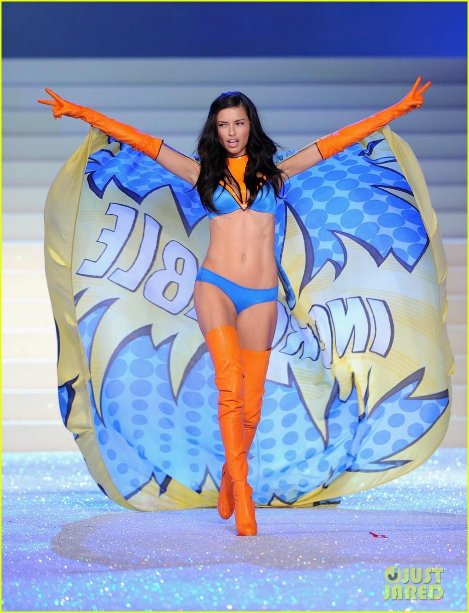 adriana lima vs fashion show 2011 022598643