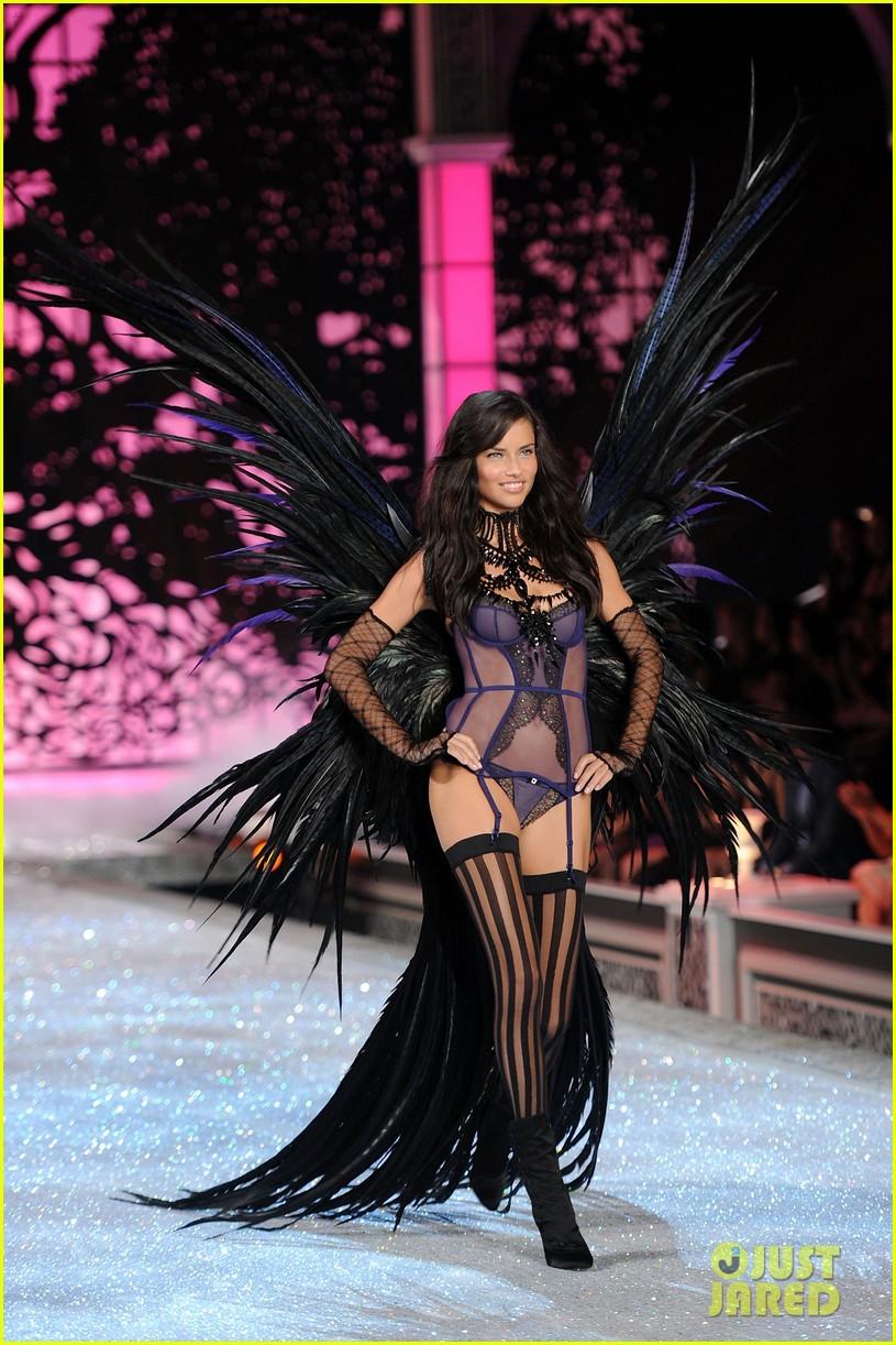 adriana lima vs fashion show 2011 112598652
