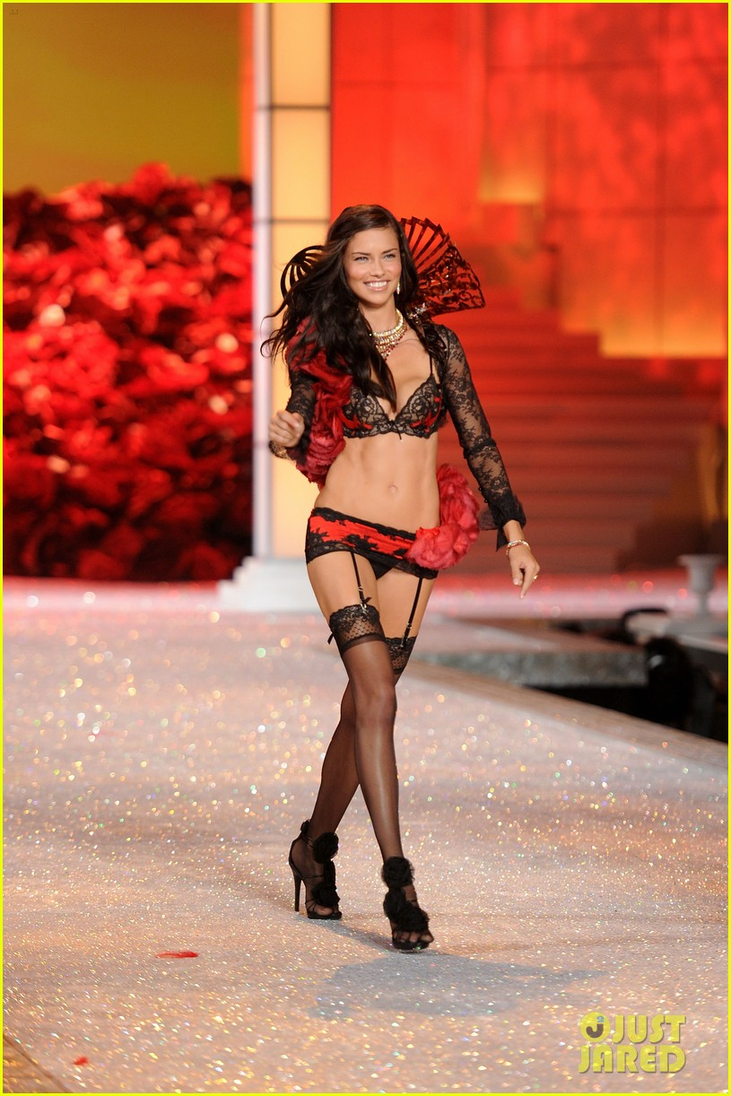 adriana lima vs fashion show 2011 132598654