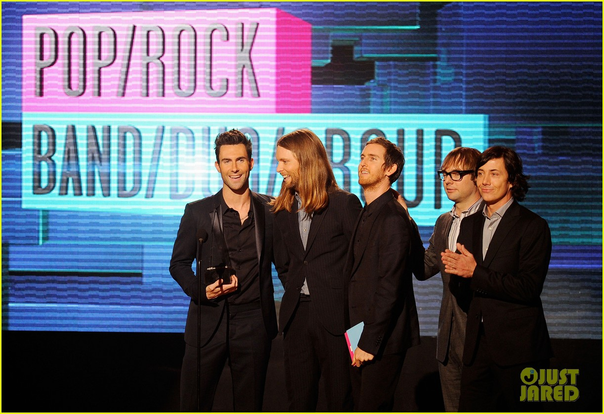 maroon 5 anne v amas 2011 red carpet 04
