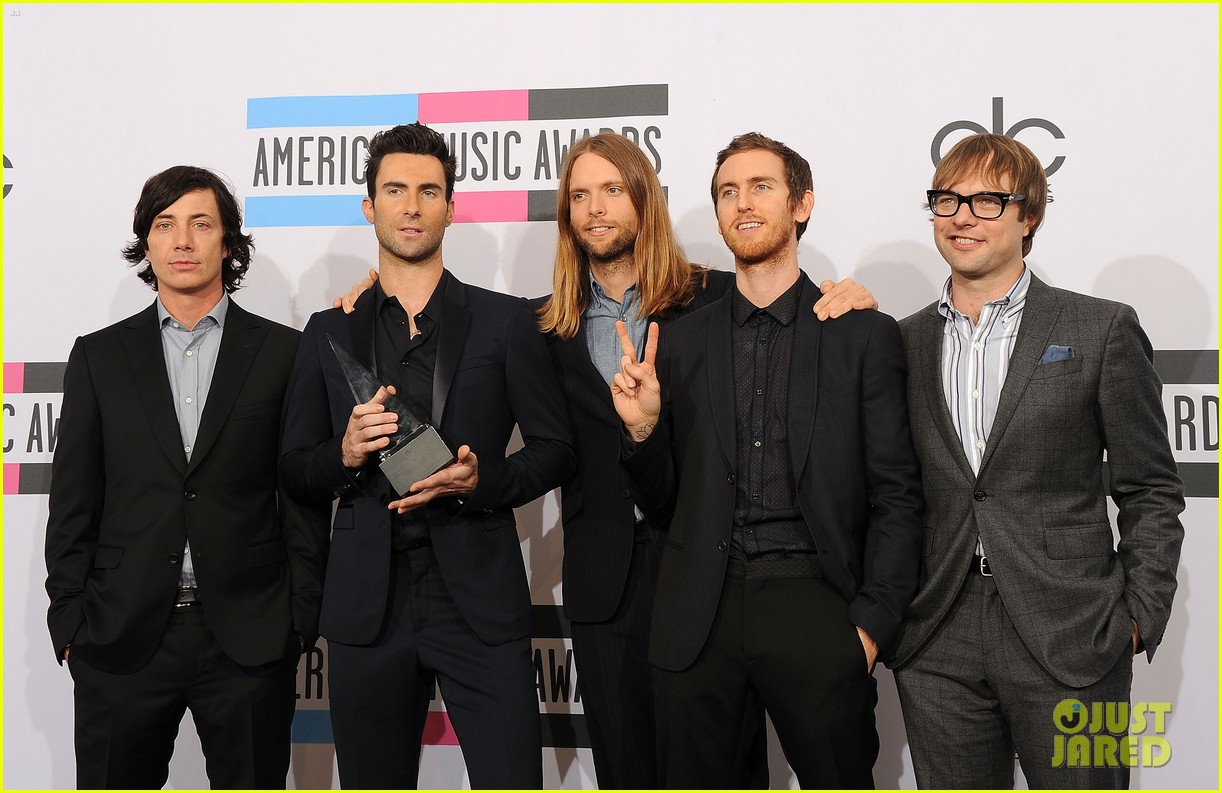 maroon 5 anne v amas 2011 red carpet 07