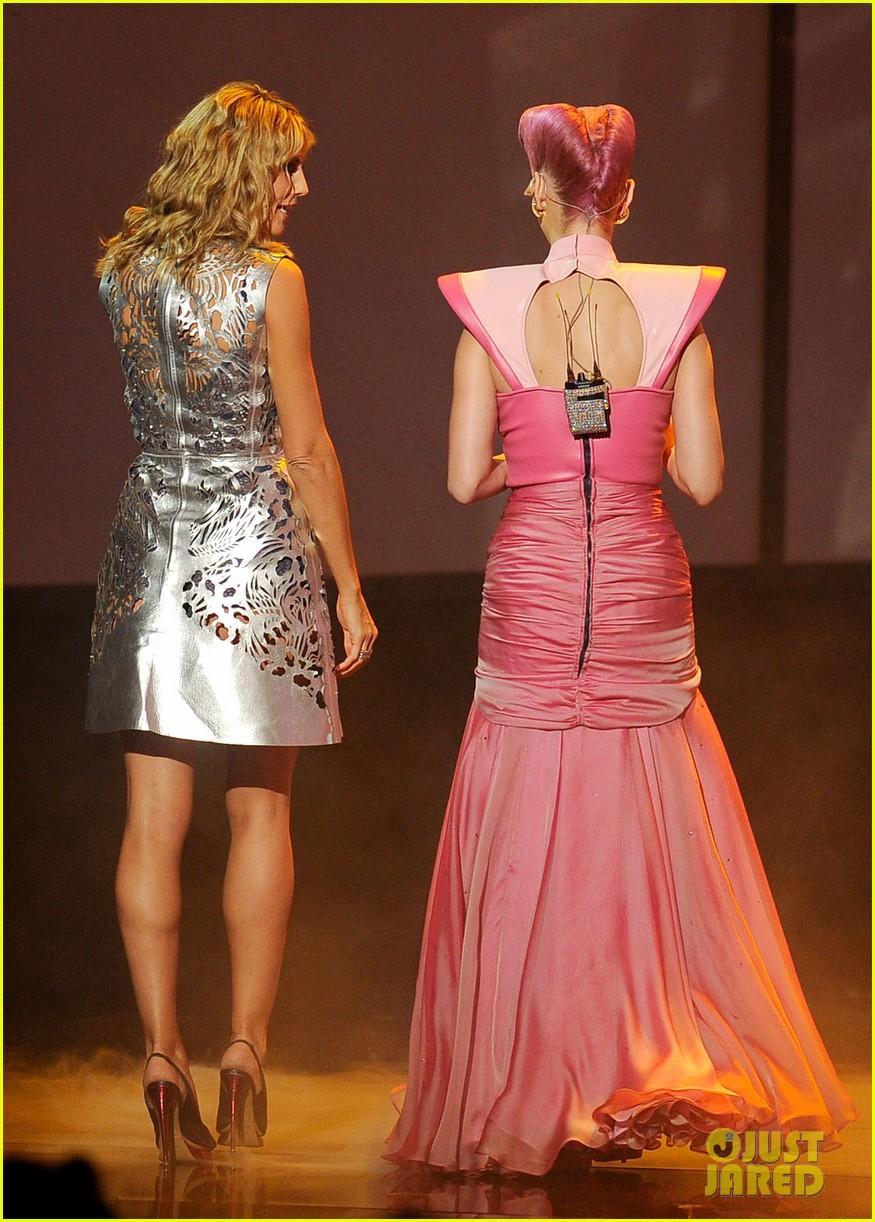 katy perry wins special award at amas 2011 08