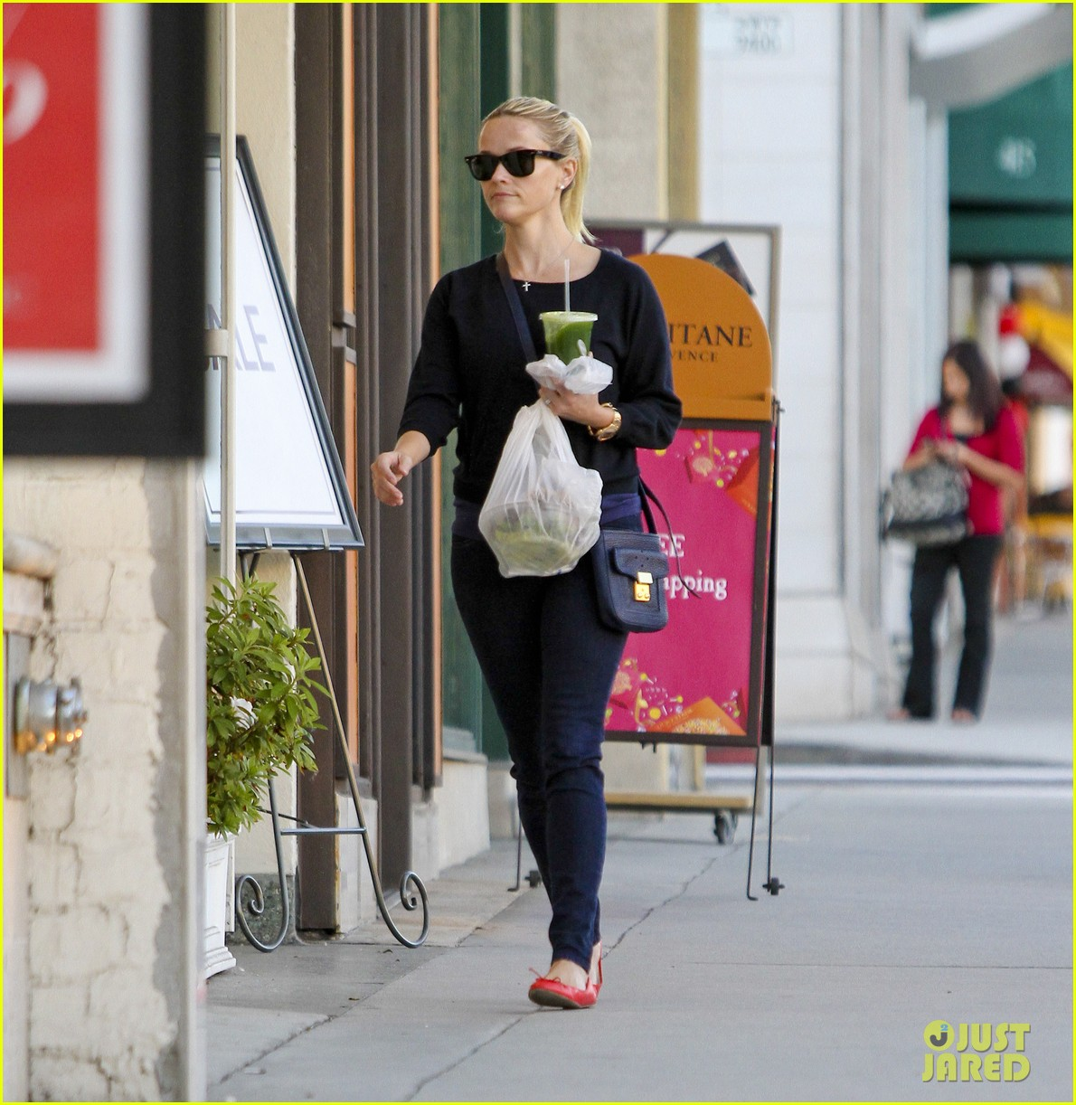 reese witherspoon shopping beverly hills 022596255