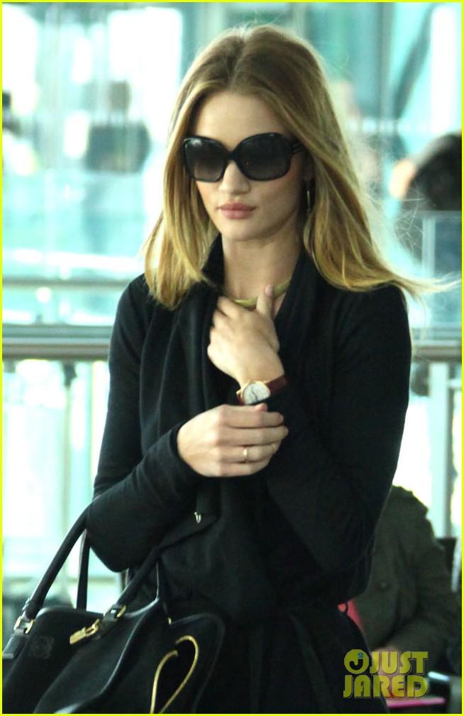 rosie huntington whiteley black outfit heathrow 012595829