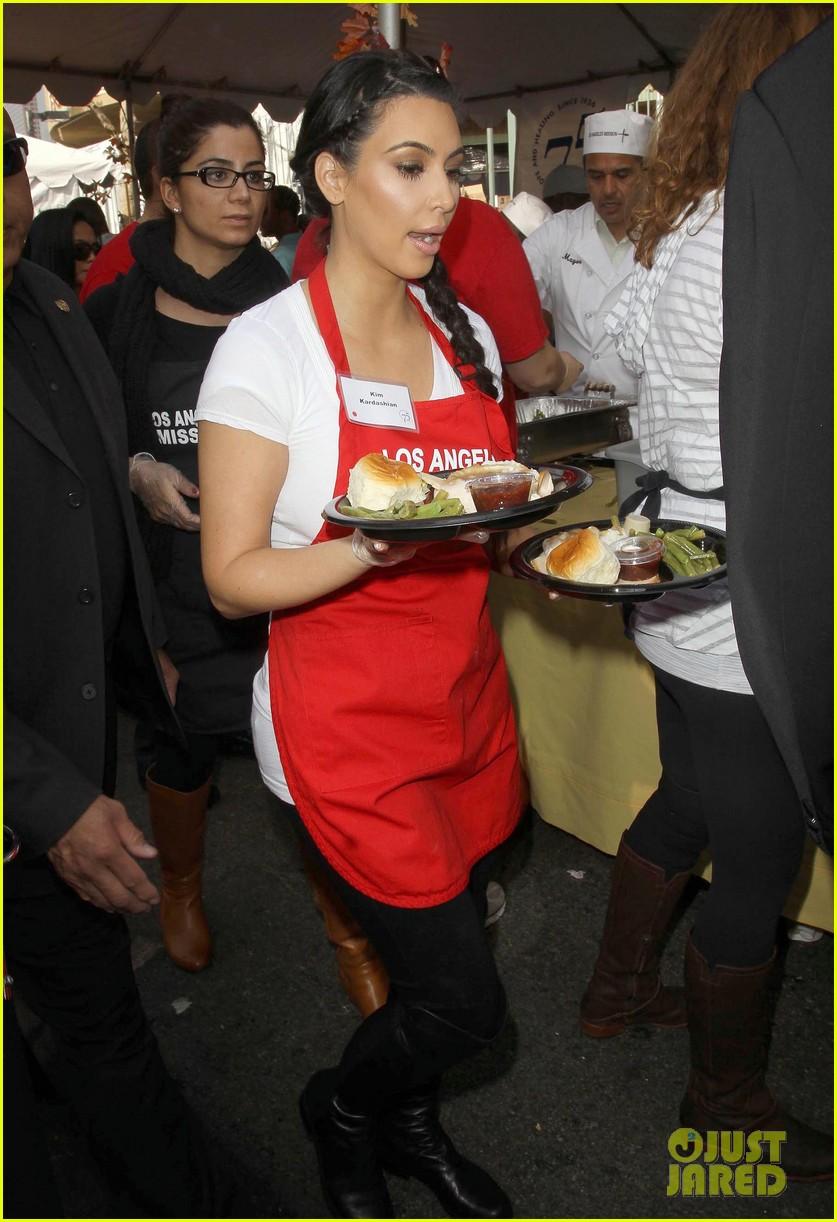 zoe saldana kim kardashian thanksgiving la mission 08