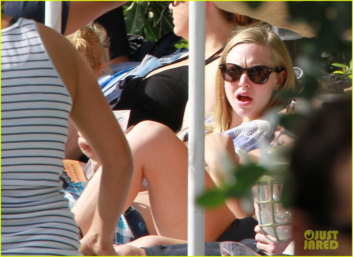 amanda seyfried pool party in miami 10