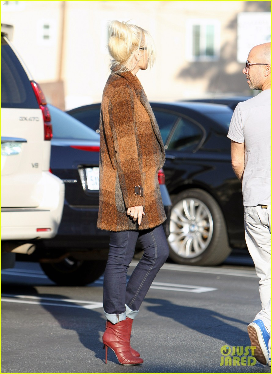 gwen stefani out about brentwood 012599136