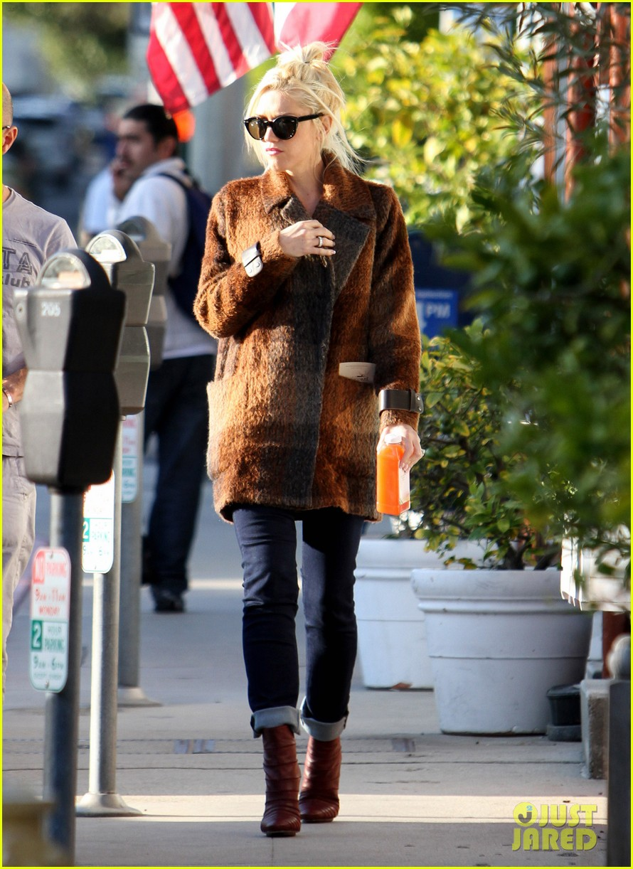 gwen stefani out about brentwood 052599140