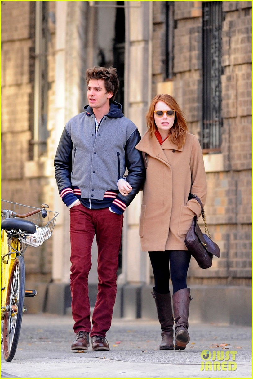 emma stone andrew garfield holding hands in nyc 012602594