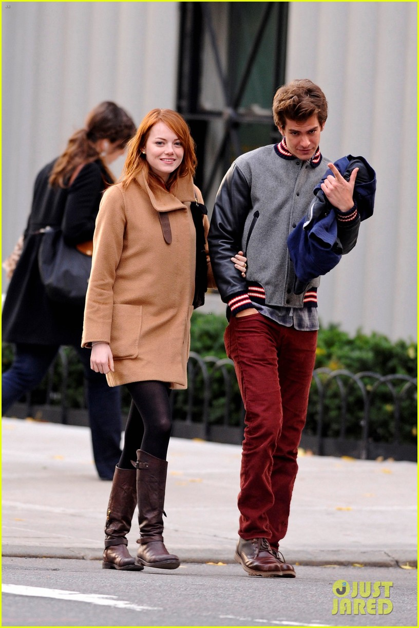 emma stone andrew garfield holding hands in nyc 12