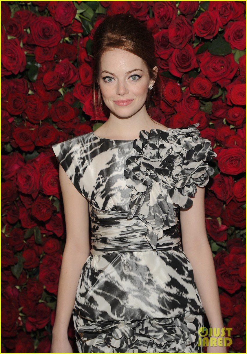 emma stone elizabeth olsen moma benefit 02