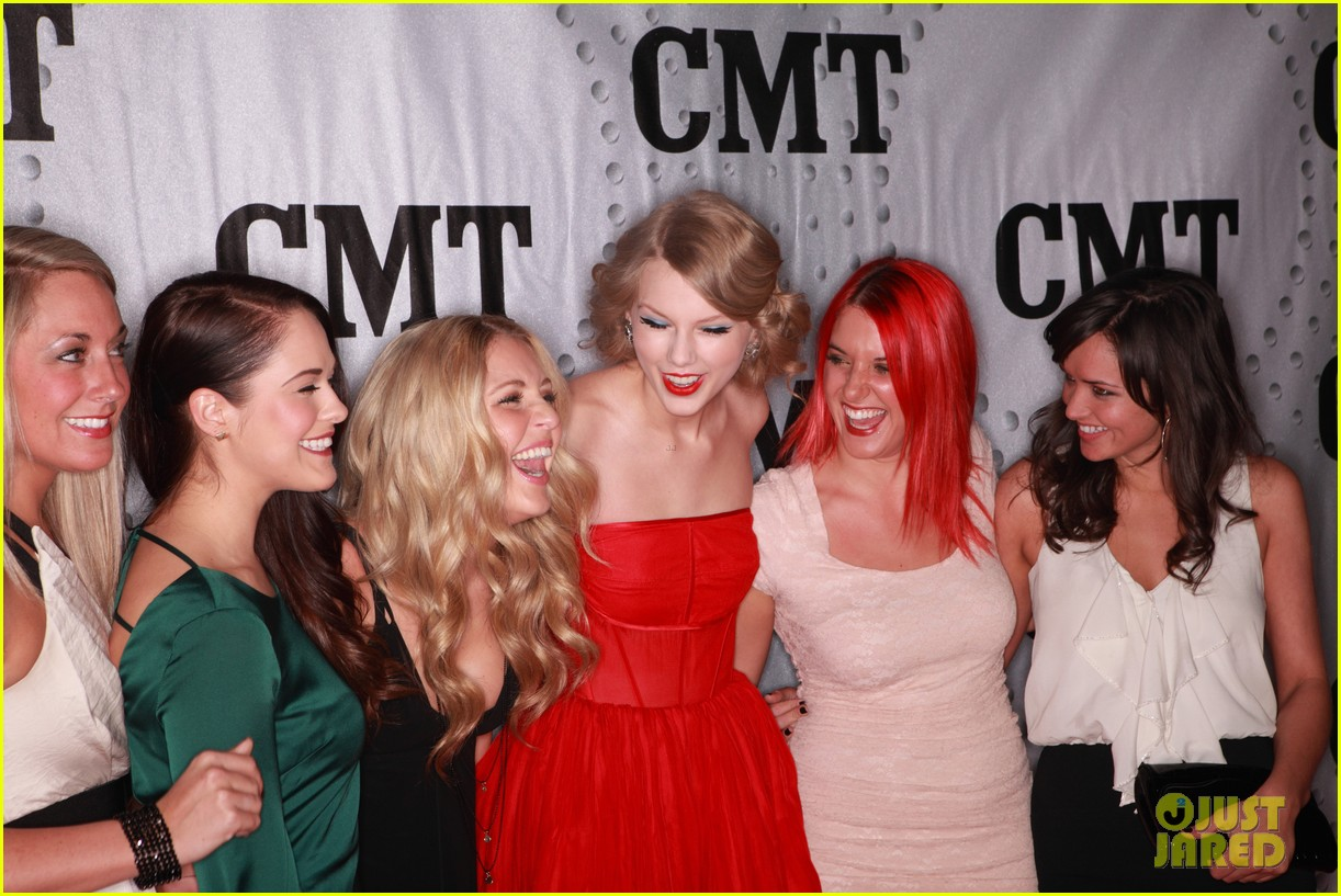 taylor swift cmt artists year 032605077