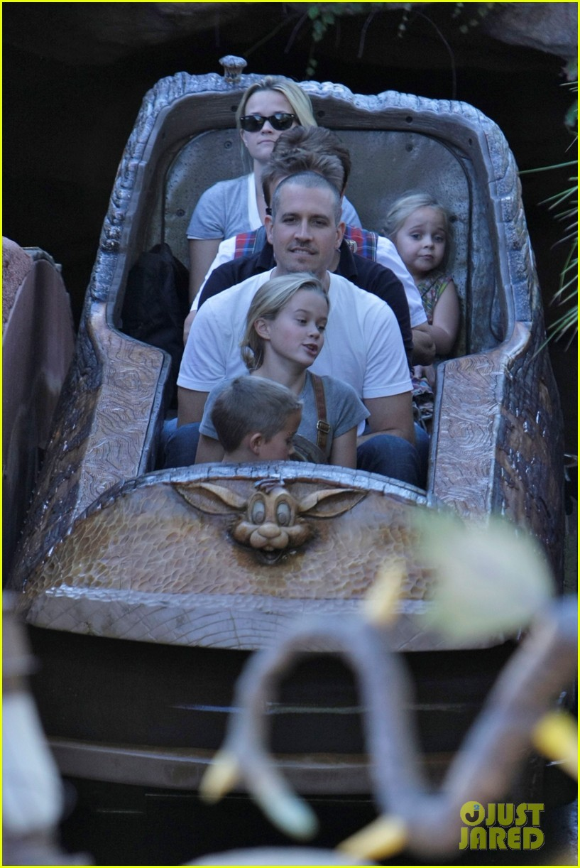 reese witherspoon disneyland with the family 14