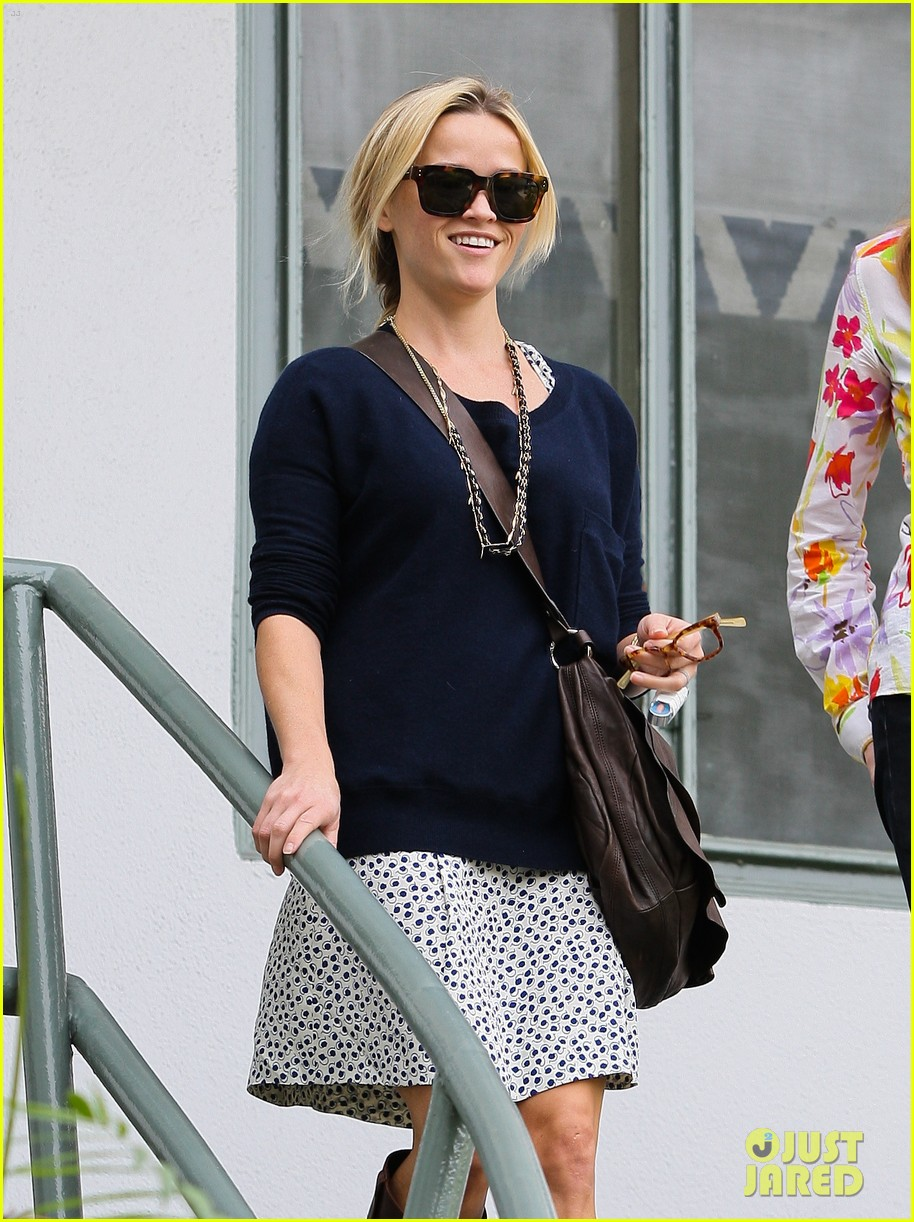 reese witherspoon broken finger 012604658