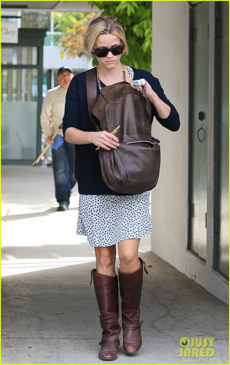 reese witherspoon broken finger 042604661