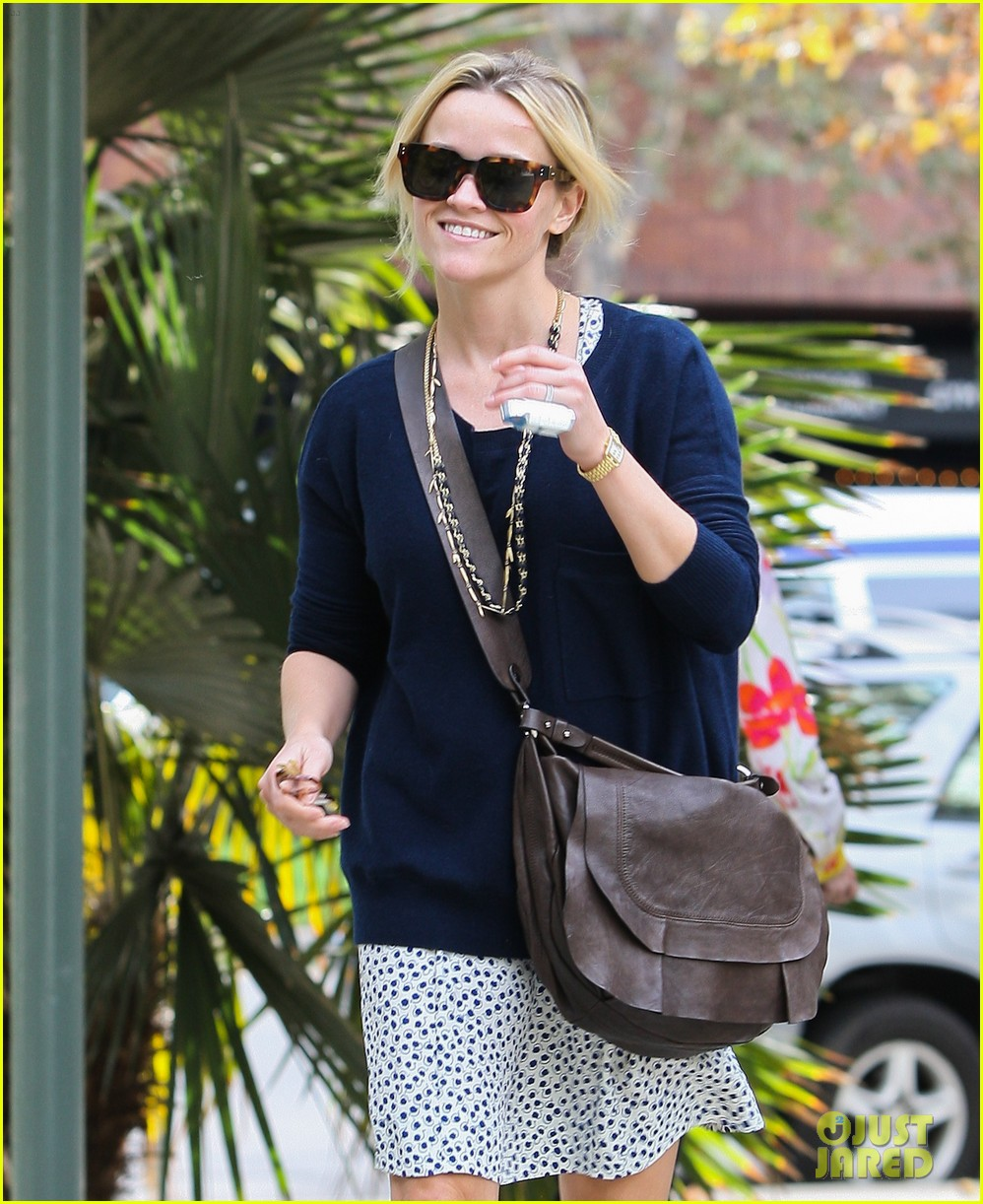 reese witherspoon broken finger 06