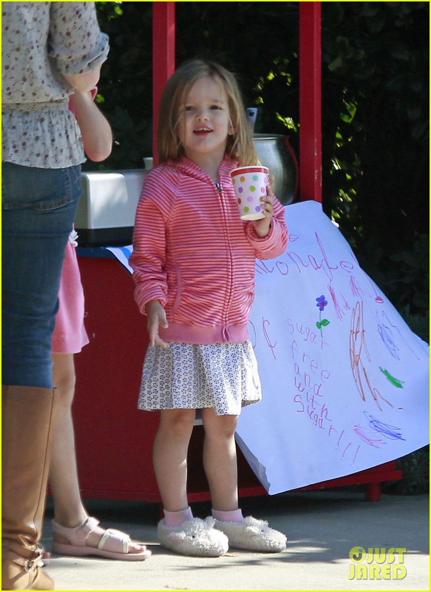 violet affleck lemonade stand 01