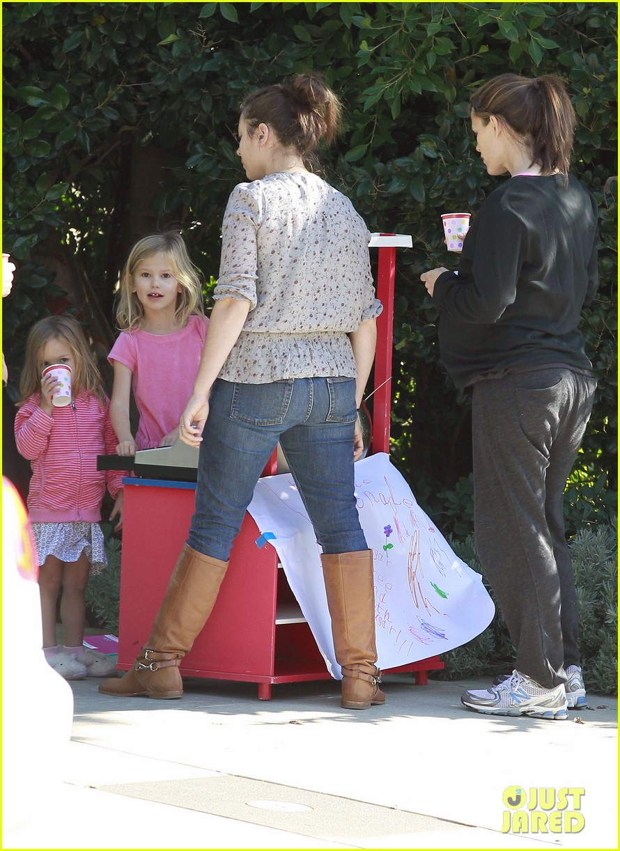 violet affleck lemonade stand 05