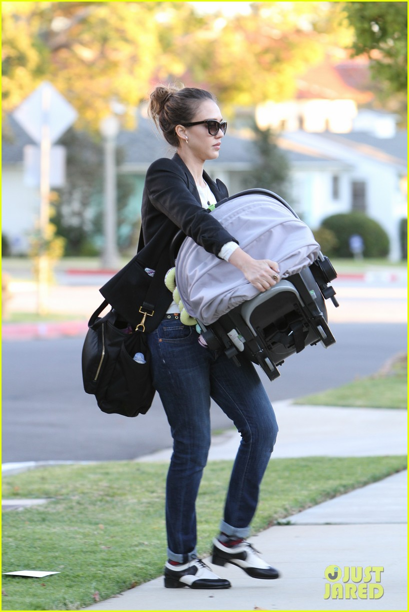 jessica alba birthday party drop off 02