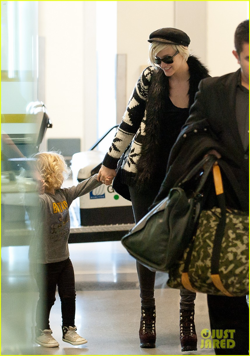 ashlee simpson bronx airport 05