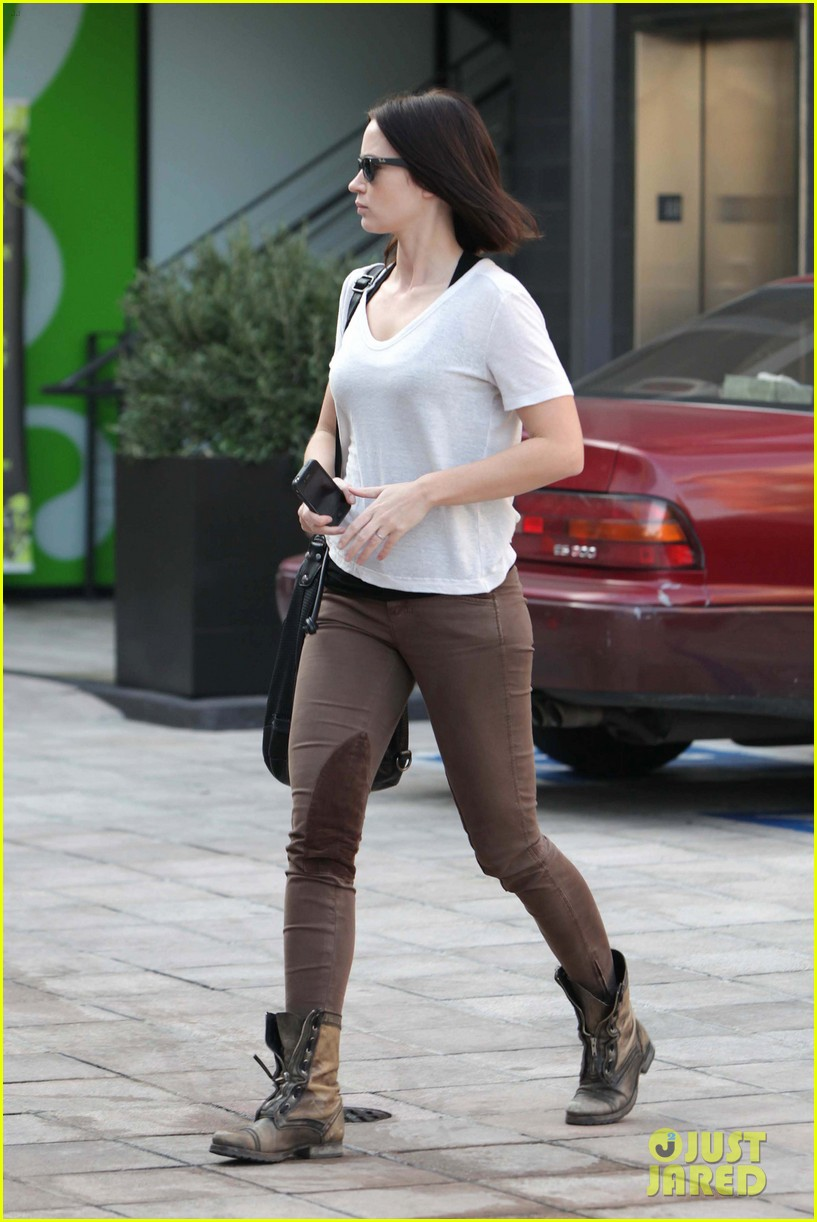 emily blunt workout cafe 04