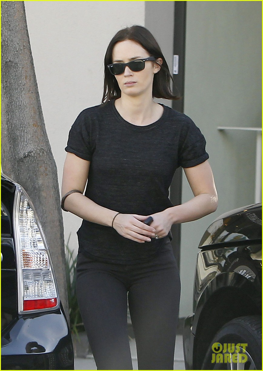 emily blunt workout cafe 05