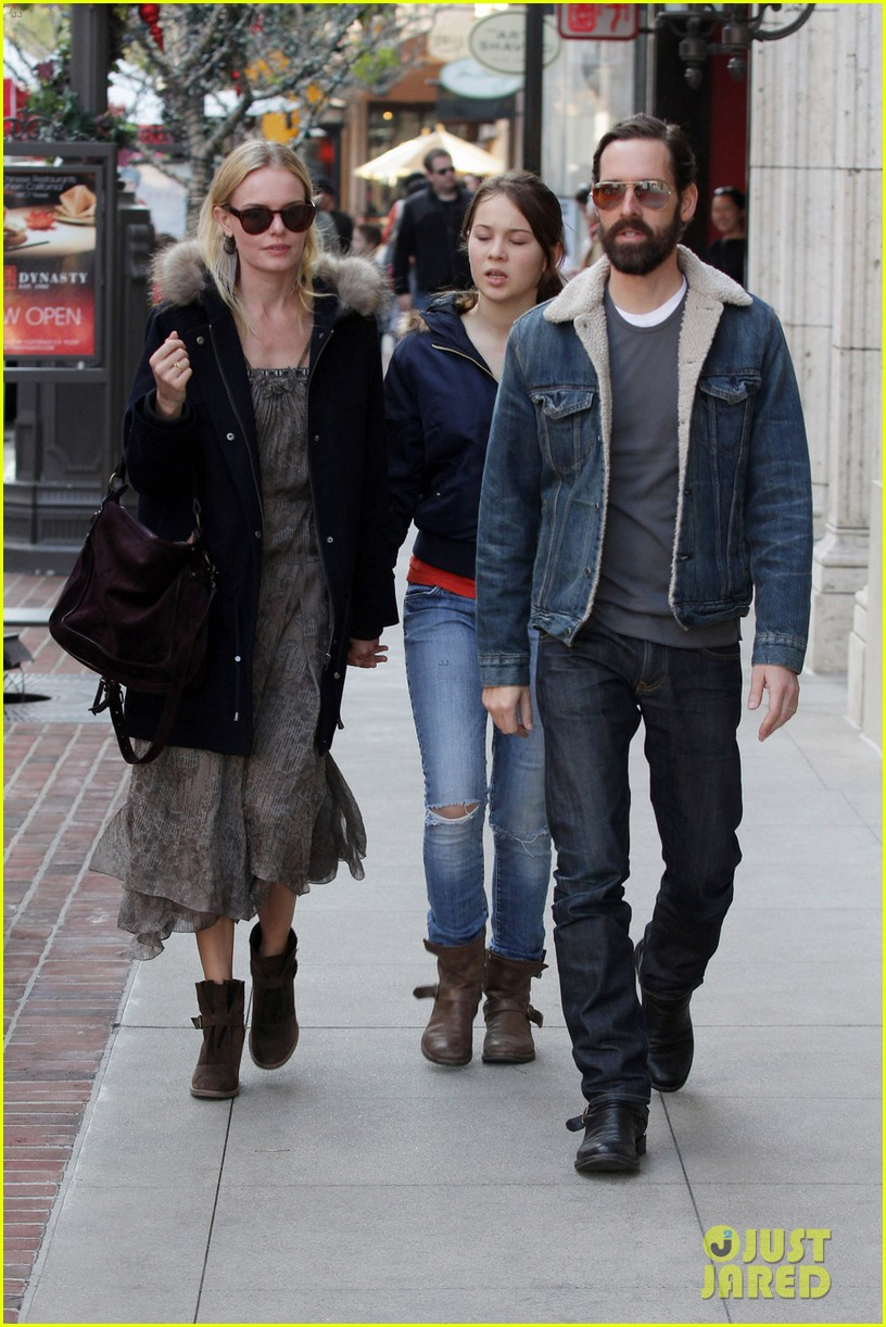 kate bosworth shops with michael polish daughter 082609010