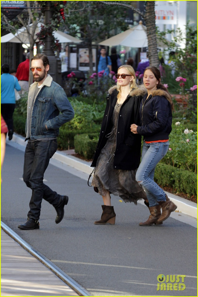 kate bosworth shops with michael polish daughter 09