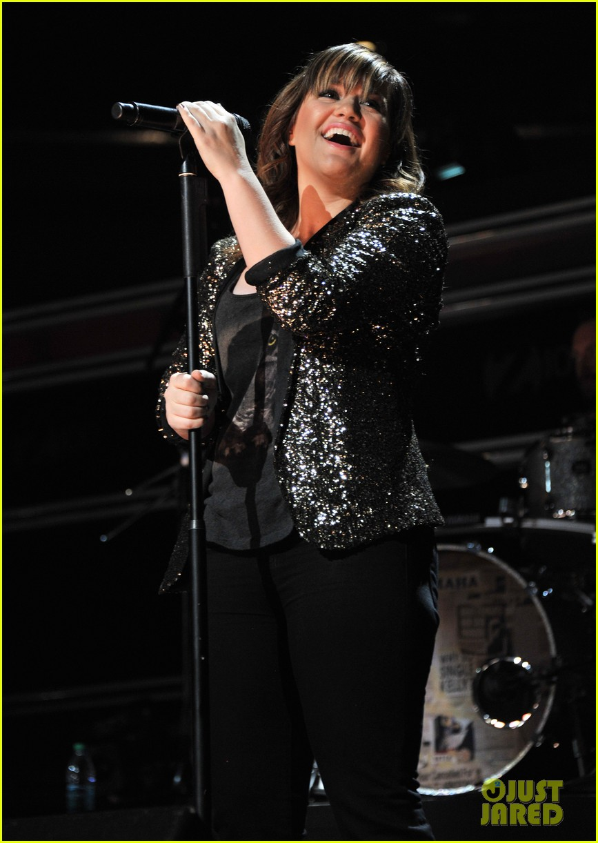 kelly clarkson jingle ball performance 032608602