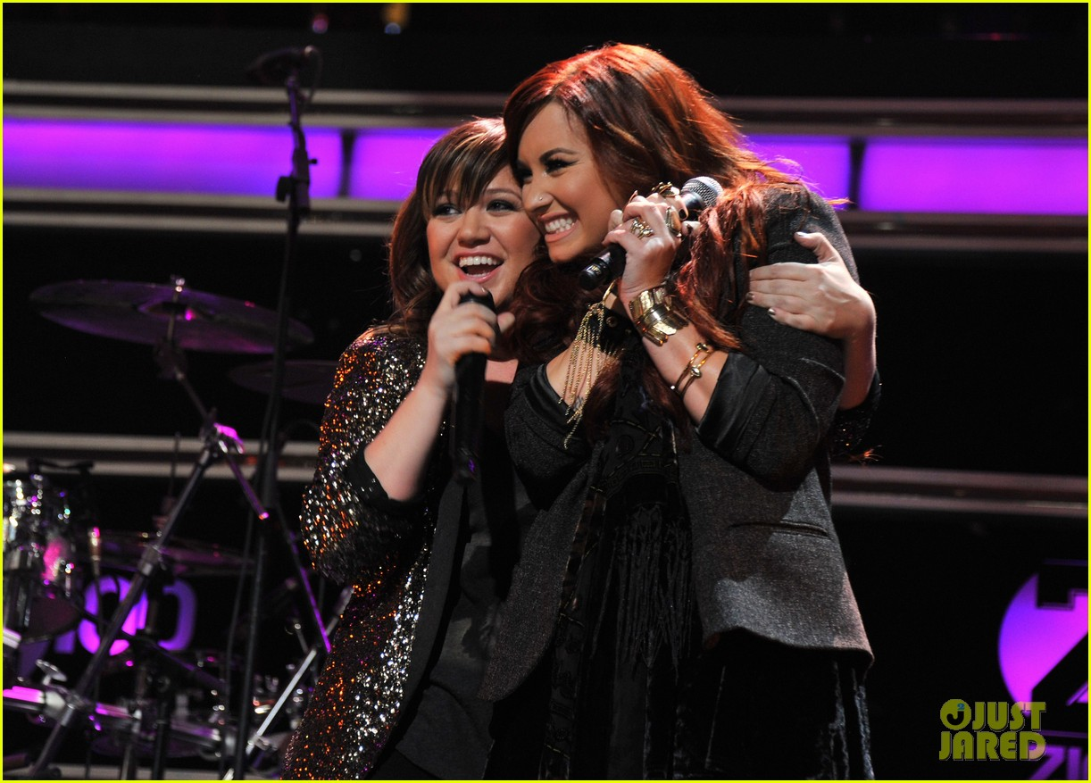 kelly clarkson jingle ball performance 18