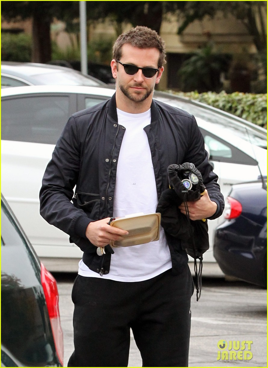 bradley cooper plays tennis with his mom 022610839
