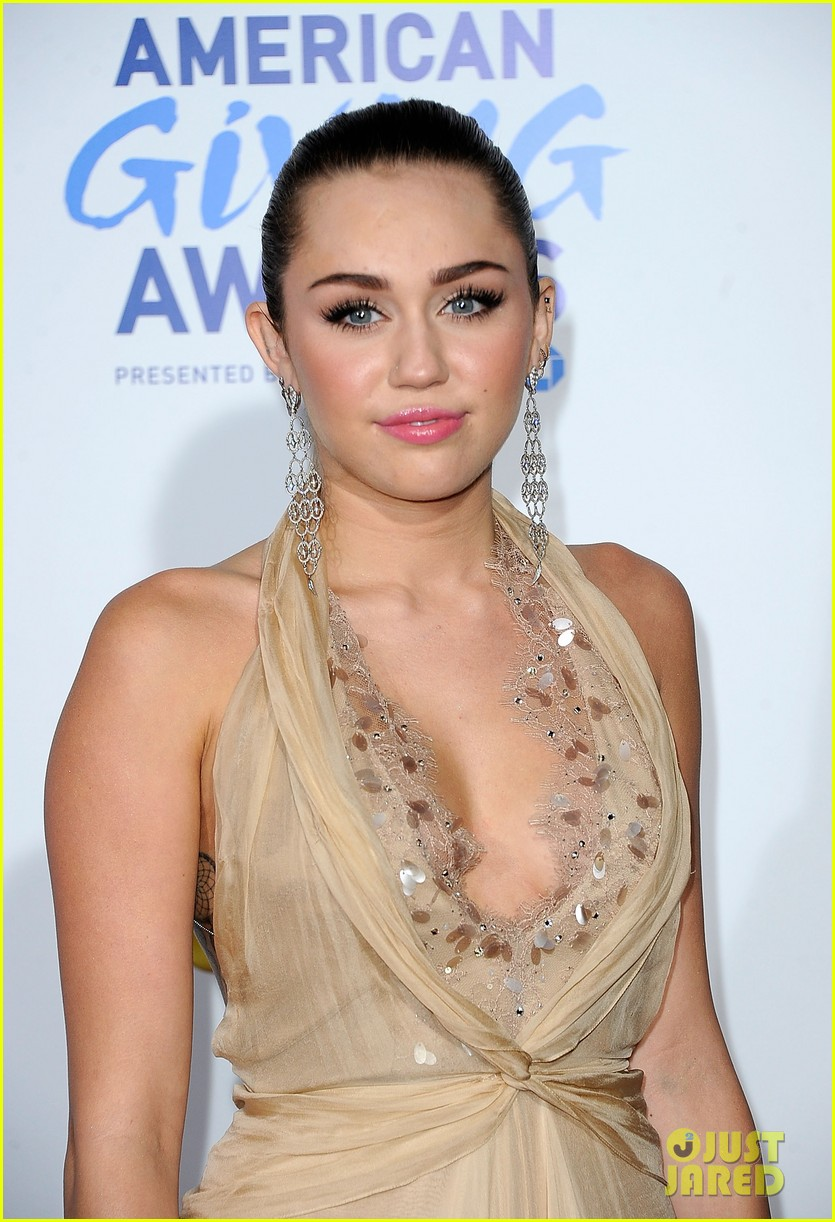 miley cyrus american giving awards 2011 15