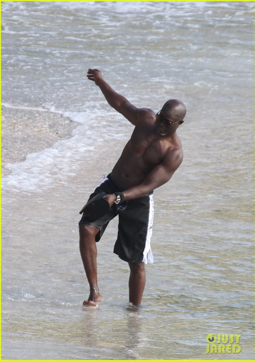djimon hounsou shirtless 24