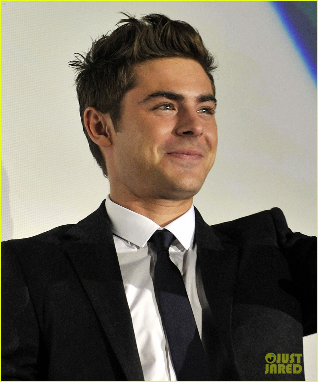 Zac Efron New Year S Eve In Japan Photo 2609898 Zac Efron Pictures Just Jared