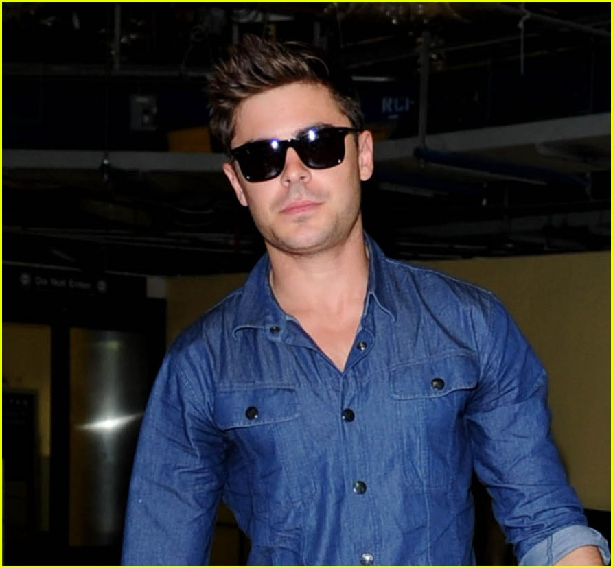 zac efron pushes luggage through airport 02