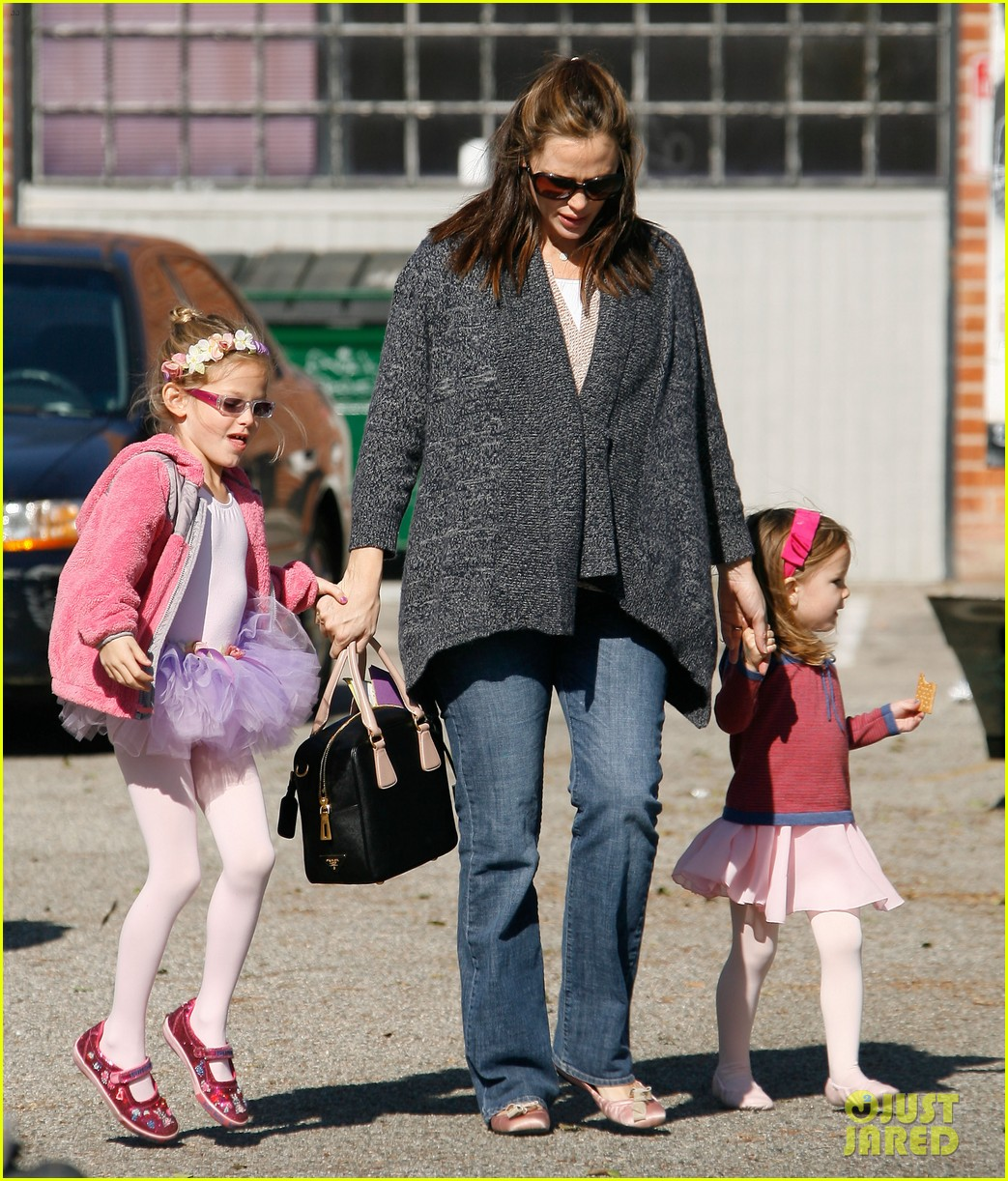 jennifer garner leaves ballet class with the girls 03