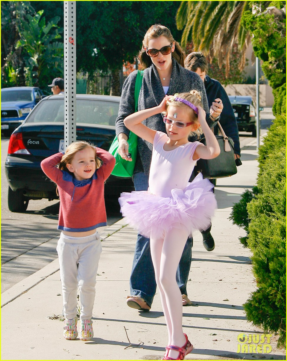 jennifer garner leaves ballet class with the girls 042606328