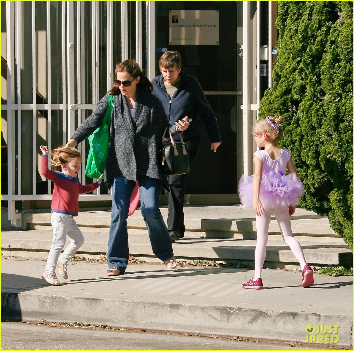 jennifer garner leaves ballet class with the girls 102606334